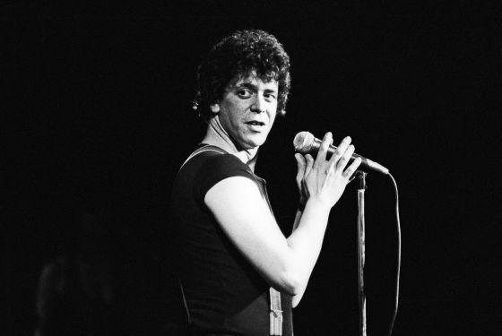 Lou Reed, quien fue líder de The Velvet Underground, sobre el escenario.