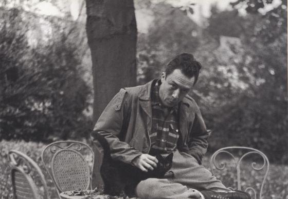 Albert Camus en Bougival en noviembre de 1945, en la propiedad de Guy Schoeller.