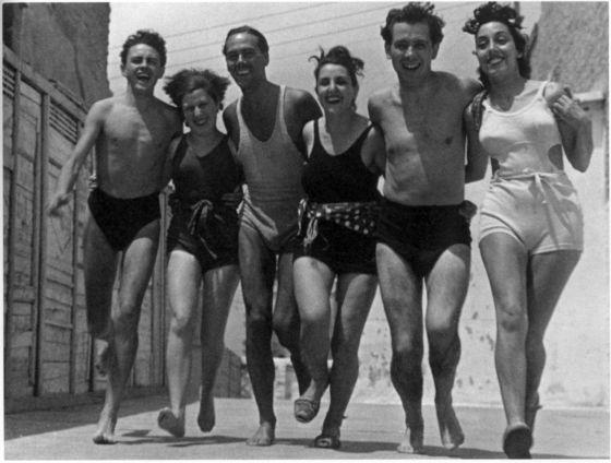 De izquierda a derecha: Vitín Cortezo, Blanca Pelegrín, Luis Cernuda, Carmen García Lasgoity, Manuel Altolaguirre y Carmen García Antón, en Valencia en 1937.