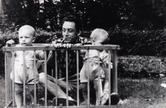Albert Camus con sus dos hijos gemelos en Brefs, en Vendée, 1946, en una imagen del libro 'Albert Camus, solitario y solidario', de Catherine Camus.