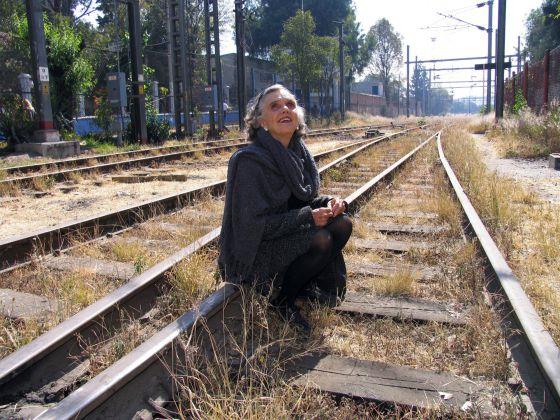 La escritora Elena Poniatowska, en la estación mexicana de Buenavista.