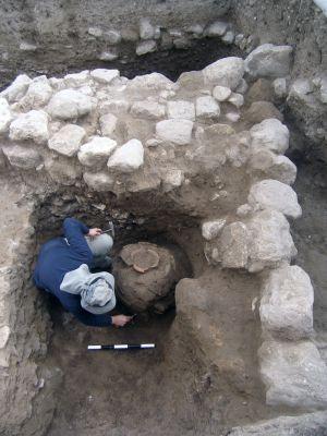 Vasija de la Edad del Bronce enterrada bajo una de las edificaciones.