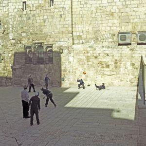 La familia de Amos Oz se estableció en Jerusalén en 1934 y gracias a ellos sobrevivió al genocidio nazi.