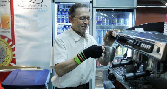 Carlos Sanmillán, camarero de un bar madrileño que sirve café solidario.