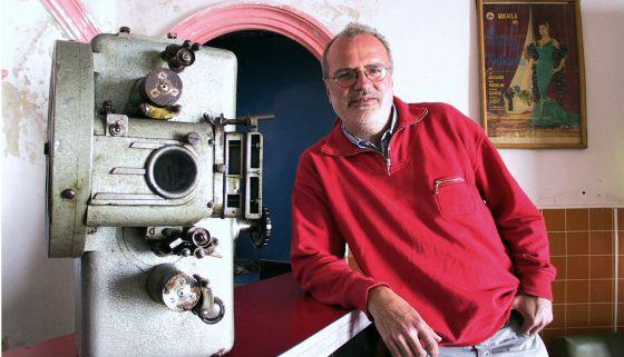 Michael Jacobs posa en el cine de municipio de Frailes (Jaén), en 2001.