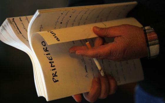 O autor, com o manuscrito do livro que está terminando.