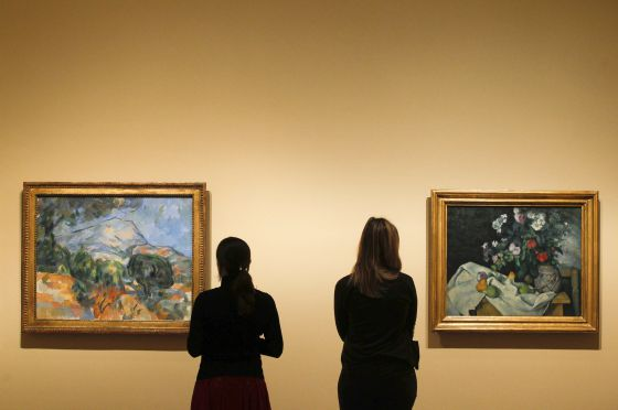 Uno de los diálogos entre paisaje y naturaleza muerta propuestos: 'La montaña Sainte-Victoire' (1904, a la izquierda) y 'Naturaleza muerta con flores y frutas' (1890).