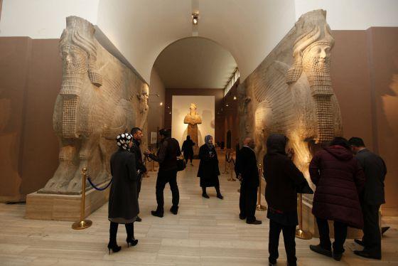 Visitantes al Museo Nacional de Irak observan algunas de las piezas que sobrevivieron al saqueo de 2003.