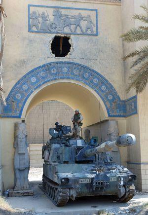 Soldados estadounidenses custodian las instalaciones del Museo Nacional de Irak en julio de 2003.