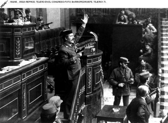 El teniente coronel de la Guardia Civil Antonio Tejero, en la tribuna del Congreso, en el golpe de estado del 23-F.