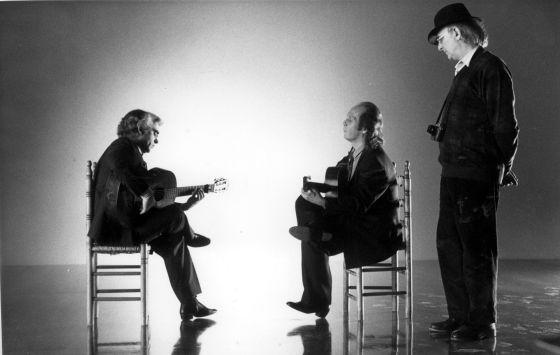 De izquierda a derecha: Manolo Sanlúcar, Paco de Lucía y Carlos Saura, en el rodaje de 'Sevillanas'.