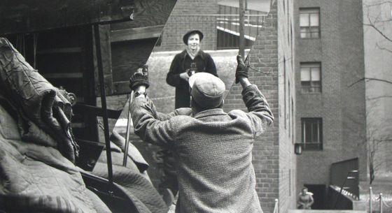 Cada retrato de Vivian Maier ahonda en su secreto en lugar de disiparlo.