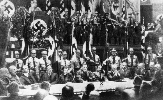 Martin Heidegger, señalado con una x, en un acto de propaganda nazi en noviembre de 1933.