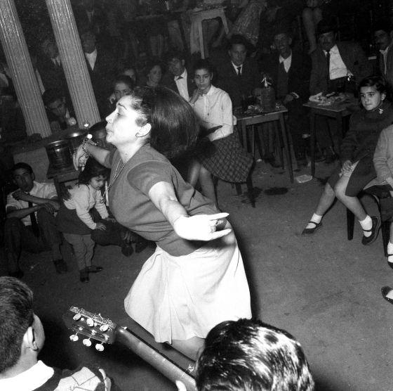 Maruja Garrido bailando en una boda del cine Verdi del barrio de Gracia. Barcelona, 1965.