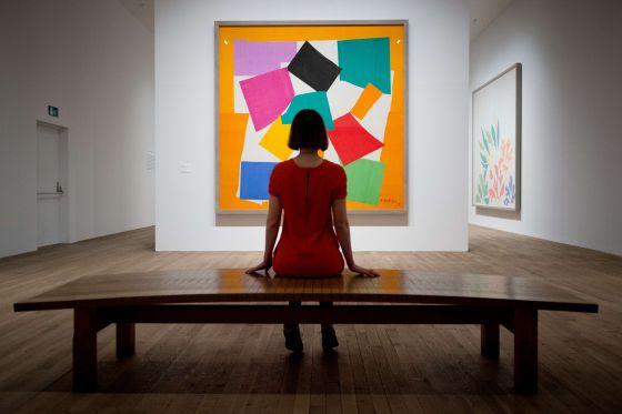 Una visitante de la exposición de Henri Matisse en la Tate Modern observa el cuadro 'El caracol'. / LEON NEAL (AFP)