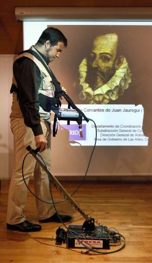 Un operario muestra el funcionamiento del georradar que se usará para buscar los restos de Cervantes.