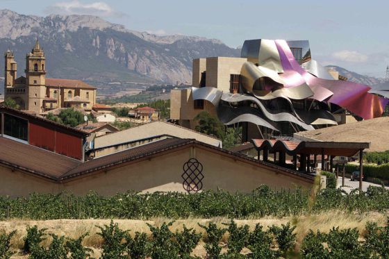 Bodegas y hotel para la firma Marqués del Riscal, en Elciego (Álava), construidos en 2007.
