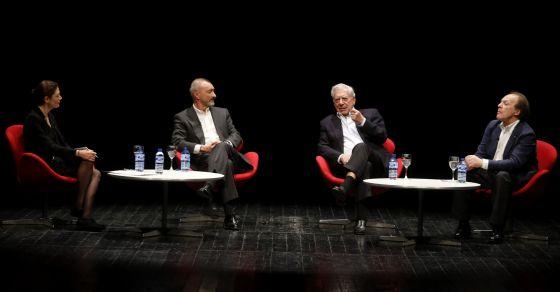 Desde la izquierda, Pilar Reyes, Arturo Pérez-Reverte, Mario Vargas Llosa y Javier Marías, en el escenario de los Teatros del Canal.