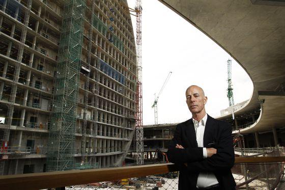 El arquitecto suizo Jacques Herzog, retratado ante la futura sede del BBVA, en el norte de Madrid.