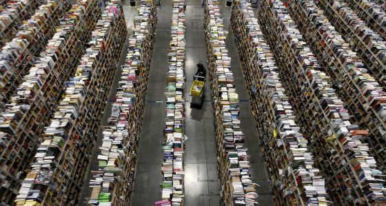 Una empleada trabaja en el centro de distribución de Amazon en Phoenix.