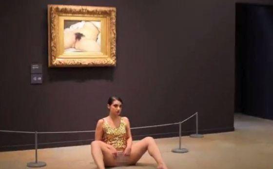 La artista luxemburguesa Deborah de Robertis durante la performance en el Museo d´Orsay en la que recrea el cuadro de Gustave Courbet.