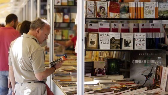 Un lector, en junio pasado, en la Feria del Libro de Madrid.