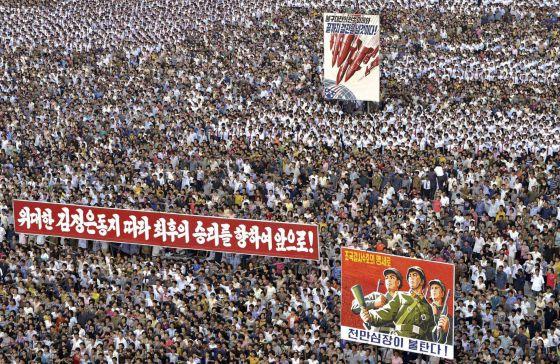 """Masiva manifestación en Pyongyang contra el """"imperialismo de Estados Unidos"""", en una imagen difundida por el régimen el 25 de junio pasado."""