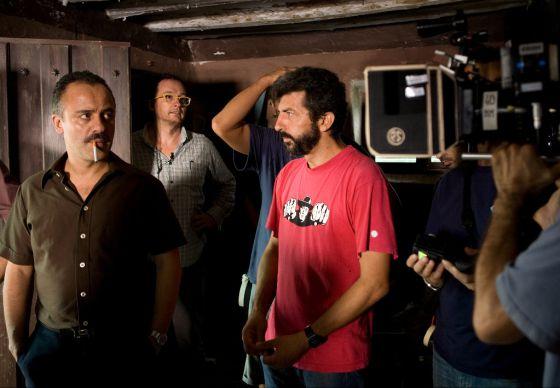 El actor Javier Gutiérrez (izquierda), junto al director Alberto Rodríguez en el rodaje de 'La isla mínima', que se estrenará en septiembre.