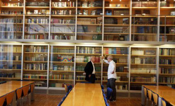 Claudio López de Lamadrid (derecha), director editorial de Literatura Random House, y Eduardo Mendoza, en la biblioteca de Penguin Random House, en Barcelona.
