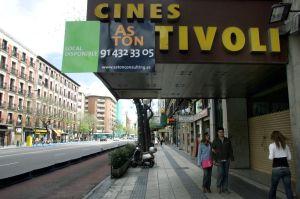 Los madrileños cines Tívoli, cerrados y a la venta.