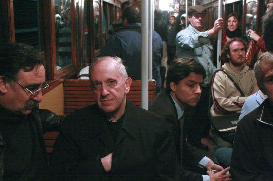 El entonces cardenal Jorge Mario Bergoglio viaja en el metro de Buenos Aires en 2008.