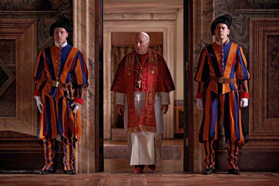 Michel Piccoli (centro), en un fotograma de 'Habemus Papam'.