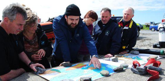 El historiador John Treacy coordina una búsqueda con el equipo de buzos.