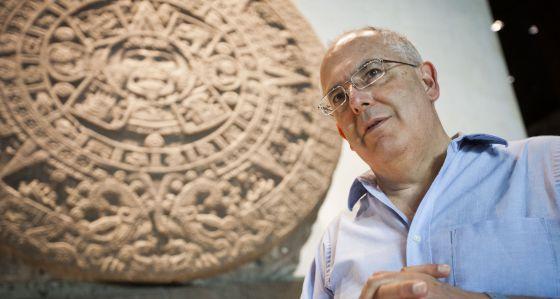 Antonio Saborit, director del MNA, frente a la Piedra del Sol