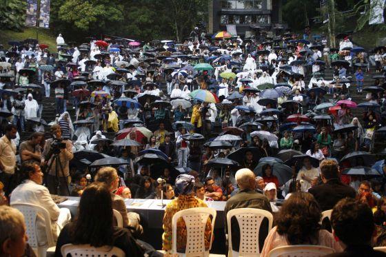 Uno de los multitudinarios actos del Festival Internacional de Poesía de Medellín.