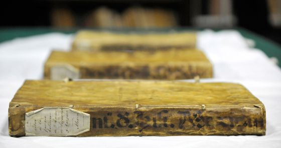 Los tres volúmenes del Códice Chimalpáhin.