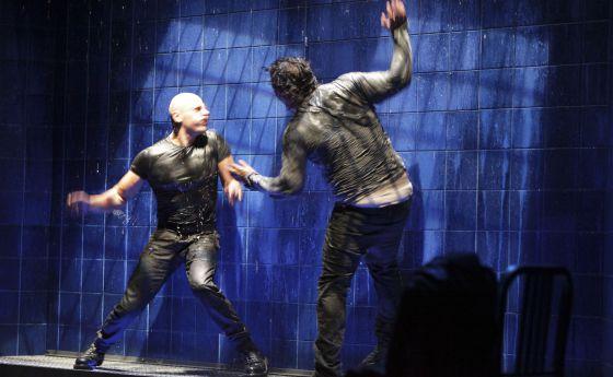 Roberto Álamo, a la izquierda, y Sergio Peris-Mencheta, en 'Lluvia constante', que dirige David Serrano.
