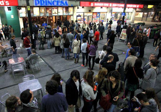 Colas el martes de la Fiesta del Cine ante un cine madrileño.