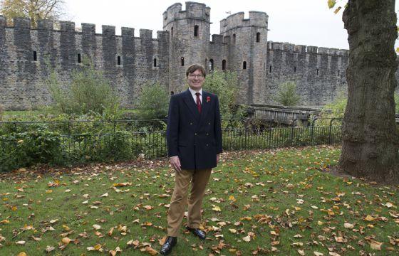 Adrian Goldsworthy, ante el castillo de Cardiff.