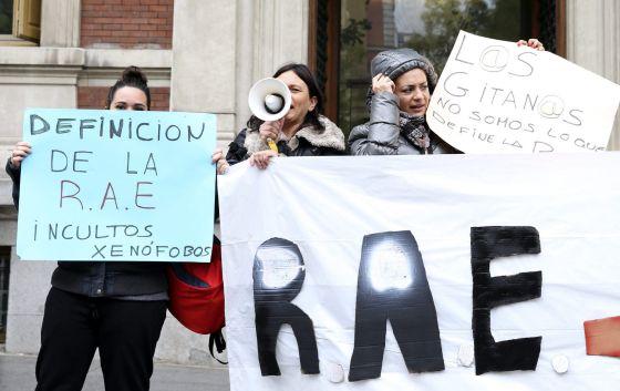 Integrantes de la Asociación Gitanas Feministas por la Diversidad concentradas frente a la sede de la Real Academia Española.