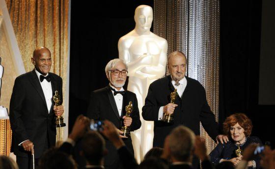 De izquierda a derecha: el actor y activista Harry Belafonte, el director japonés Hayao Miyazaki, el guionista francés Jean-Claude Carriere y la actriz irlandesa Maureen O'Hara, en la entrega de los Oscar honoríficos 2014.