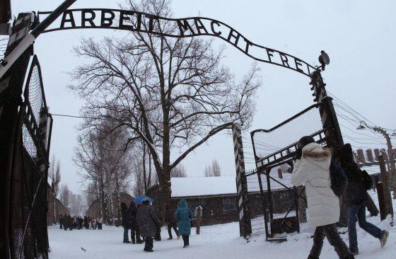 Visitantes en la entrada del museo de Auschwitz.