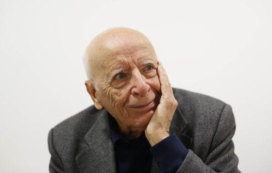 El filósofo Emilio Lledó, en el momento en que EL PAÍS le da la noticia de que es el nuevo Premio Nacional de las Letras, en la Asociación de Editores de Madrid.
