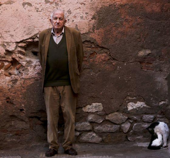 El escritor Juan Goytisolo en su casa de Marrakech.