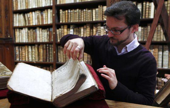 El bibliotecario Remy Cordonnier, junto al Primer Folio.