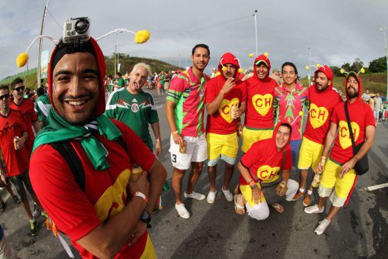 Aficionados mexicanos disfrazados como El Chapulín Colorado, en la Copa del Mundo de Brasil.