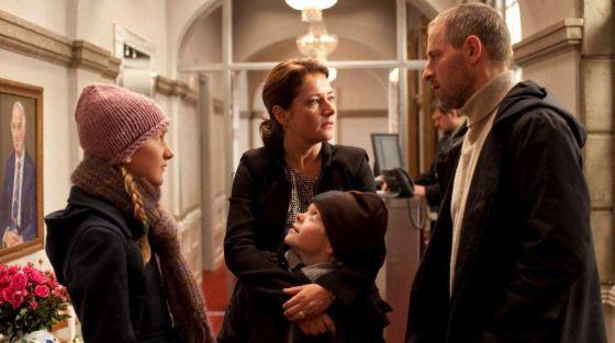 Sidse Babett Knudsen, junto a su familia, en Borgen.