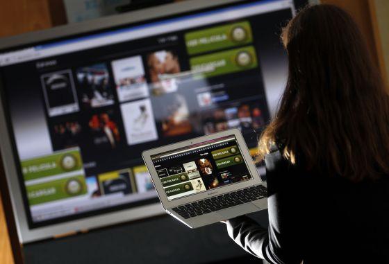 Una internauta se descarga de forma irregular contenidos protegidos por derecho de autor de una página de Internet.