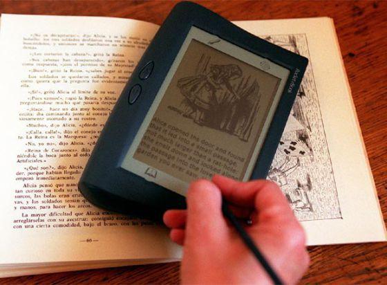 Un libro y un lector de libros electrónicos.