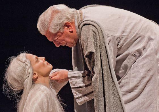 Vargas Llosa y Aitana Sánchez-Gijón en la obra 'Los cuentos de la peste'.